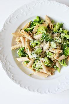 makaron w sosie brokułowym, makaron w sosie śmietanowo-brokułowym, makaron z brokułami w sosie śmietanowym, makaron pełnoziarnisty z brokułami, obiady dla dzieci Penne, Pasta Salad, Kids Meals, Healthy Recipes, Healthy Food, Cabbage, Spaghetti, Food And Drink, Tasty