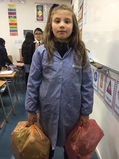 Amanda trae todas las semanas botellas para reciclar. Es constructiva, cuida el planeta. Amanda, Bottles