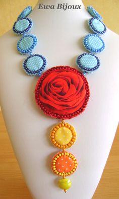 "Collier textile ""La Rose Méditative de Salvador Dali""."