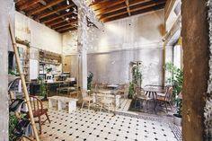 Το Philos Athens είναι ουσιαστικά ένα concept store όπου μπορείς να κάνεις τα ψώνια σου αλλά και να απολαύσεις τον καφέ σου ή και ένα ελαφρύ γεύμα.