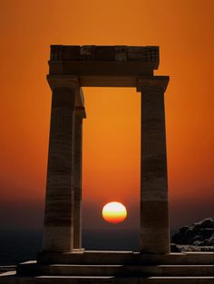 The Doric Temple of Athena Lindia, dating from about 300 BC in Lindos, Island of Rhodes, Greece I love old architecture, this is beautiful Beautiful Sunset, Beautiful World, Beautiful Places, Amazing Places, Simply Beautiful, Mykonos, Santorini, Places To Travel, Places To See