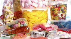 Farbstoffe-Die schöne bunte Welt der Süßigkeiten! Ob Limonade, Gummibärchen oder Eis, ihre bunte Farbe erhalten die Leckereien in der Regel von Zusatzstoffen mit der Bezeichnung E 102 bis E 180. Doch die so genannten Azofarbstoffe wie Tartrazin, Gelborange S oder Allurarot sind gefährlich: Sie können Hyperaktivität, Ruhelosigkeit und Leistungsschwäche auslösen. In Norwegen dürfen sie in Lebensmitteln nicht verarbeitet werden. Bei uns dagegen hat sich ein solches Verbot noch nicht…