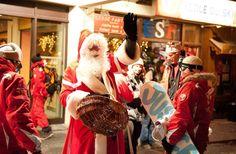 A Serre-Che, distribution de papillotes à l'accueil de l'école de ski par le Père Noël en personne ! © OT Serre-Chevalier Vallée