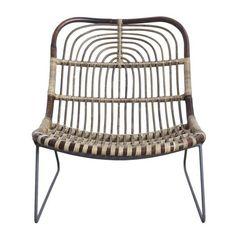 Magnifique fauteuil en rotin et métal imaginé par la marque House Doctor. Il sera parfait dans votre salon !