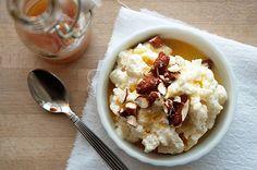Risalamande med lækker vaniljeprikket appelsinsauce og sprøde honningkarameliserede mandler - få opskriften her