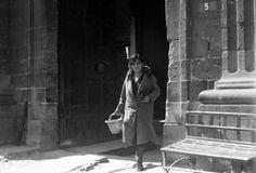 Título:  Mujer con canasta sale de la cárcel de Belén Tema:  MUJERES Personajes:  0 Lugar de asunto:  México, D.F., México Fecha de asunto:  ca. 1925 Autor:  Casasola Lugar de toma:  México, D.F., México
