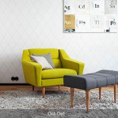 Der gelbe Sessel harmoniert perfekt mit dezent in Grautönen gehaltenen Sitzhocker und Teppich. #Wohnzimmer #senfgelb #Sessel #Hocker