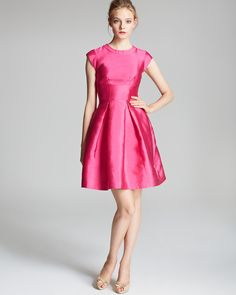 Vestido rosa muy femenino que resalta mucho la cintura.