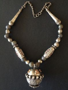 Yemen | Silver, coral and agate necklace. | © Jose M Pery.