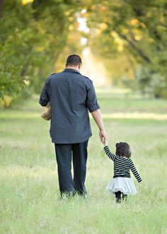 -Just love this picture of Daddy and daughter. Family photo shoot ideas.