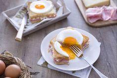 Il croque madame è un delizioso street food francese con pan carrè, farcito con prosciutto e formaggio e guarnito con un uovo e rosolato in padella.