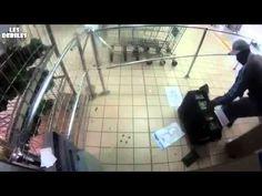 Heftige camerabeelden van overvallers die beveiligers met geldkoffer beschieten in supermarkt Zuid-Afrika