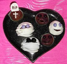 Halloween http://www.carmy1978.com/2013/10/muffin-al-cioccolato-ricetta-muffin-halloween-mummie.html