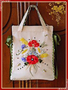 Un mazzolin di fiori ricamato a mano per una borsa tutta estiva