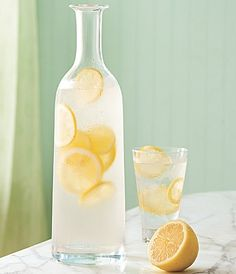 Ways To Beat the Heat Jan. I have successfully replaced Diet Sprite with lemon water :)Jan. I have successfully replaced Diet Sprite with lemon water :) Lemon Infused Water, Lemon Water Benefits, Drinking Lemon Water, Infused Water Recipes, Vino Y Chocolate, Jugo Natural, Fun Drinks, Beverages, Healthy Living
