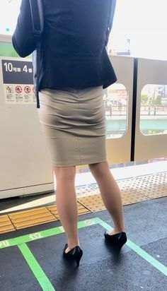 Fitted Skirt, Sexy Skirt, Dress Skirt, Panty Images, Beautiful Hips, Pencil Skirt Work, Nylons, Sexy Hips, Girls In Leggings