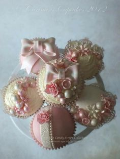 Wonderful idea for wedding cupcakes ~Carina's Artistic Cupcakes Fancy Cupcakes, Pretty Cupcakes, Beautiful Cupcakes, Fondant Cupcakes, Yummy Cupcakes, Gorgeous Cakes, Amazing Cupcakes, White Cupcakes, Bridal Shower Cupcakes