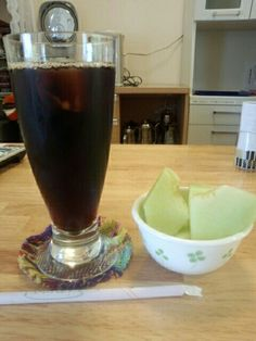 食後はアイスコーヒーとメロンいただいています。おいしいです。