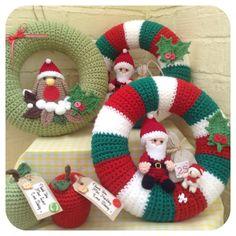 Santa and Rudolph Crochet Wreath by Mpleximo on Etsy - Salvabrani Crochet Christmas Wreath, Crochet Wreath, Crochet Christmas Decorations, Christmas Knitting Patterns, Holiday Crochet, Xmas Wreaths, Crochet Gifts, Christmas Makes, Christmas Crafts