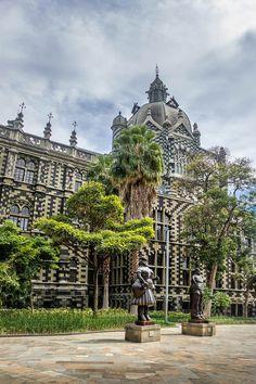 Pistas para descubrir Medellín, la ciudad de la eterna primavera Air Europa, Andes Mountains, Tropical Forest, 16th Century, Old Town, Beautiful World, South America, Big Ben, Postcards