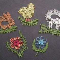 Ovečky, kuřátka, zajíčci, květinky - několik drobných velikonočních či jarních motivů v různých kombinacích a variantách ... Bobbin Lacemaking, Types Of Lace, Needle Lace, Lace Making, String Art, Easter Eggs, Tatting, Diy And Crafts, Crochet Earrings