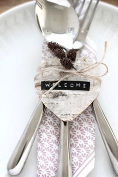 5 Simple Ideas for Fall Place Cards Christmas Labels, Christmas Gift Decorations, Table Decorations, Fall Place Cards, Place Settings, Table Settings, Dymo Label, Outdoor Wedding Venues, Wedding Decor