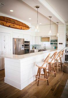planche de surf, une cuisine blanche contemporaine et une planche décorative en boi