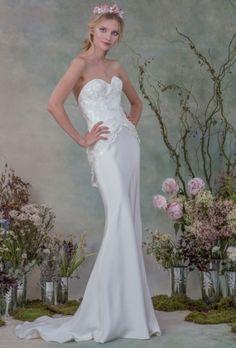 Os vestidos de Elizabeth Filmore ganham fluidez com caudas sutis e babados de tecidos leves. Veja mais: http://yeswedding.com.br/pt/antena-yes/post/elizabeth-filmore-fall-2015