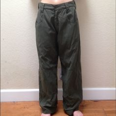 """Yang brand cargo colored thick fleece pants These are a super comfy pair of Yang brand (which isn't around anymore) vintage (from the 1990s) cargo colored with a thick fleece flannel interior. See the last picture for an example of the inside. These pants are super comfy. They are perfect for skiing or snowboarding. Measurements: waist 32 inches, length 40. model measurements: waist 30 inches, 5,6"""" (I sell the same stuff on eBay.com for cheaper. just type """"seller: hazejw"""" into ebay's search…"""