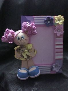 PORTA RETRATO FEITO EM EVA PARA FOTOS DE TAMANHO 10X15. Foam Crafts, Diy Crafts, Craft Projects, Projects To Try, Baby Frame, Clothespin Dolls, Paper Frames, Clay Flowers, Sewing Rooms