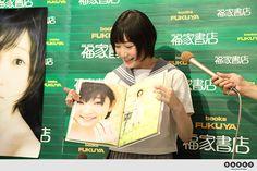 【イベントレポート】Juice=Juiceの宮本佳林が初ソロ&初水着写真集。「貝殻と水着って合いますよね。」   Juice=Juice   BARKS音楽ニュース
