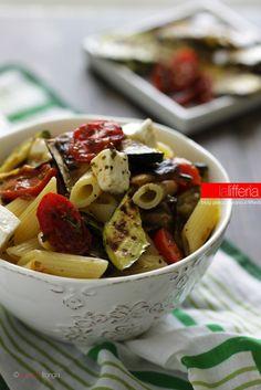 Insalata di pasta con verdure grigliate e feta