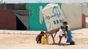 Syrische Kinder im Lager Zaatari bei Mafrak: Um fünf Meter pro Jahr sinkt hier der Grundwasserspiegel.(Bild: Muhammad Hamed / Reuters)
