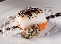 Merluzzo cotto a bassa temperatura con crumble di capperi, pappa al pomodoro, polvere di olive e salsa di mandorle. Ricetta di Antonio Borruso