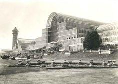 Joseph Paxton, Crystal Palace, 1851 (foto ca. 1910). Dit paleis van glas en staal werd in 1851 gebouwd ten behoeve van de Wereldtentoonstelling. Eigentijdse snelle materialen werden gebruikt om het gebouw in recordtempo op te zetten. Crystal Palace werd daardoor een symbool van de nieuwe, snelle (fabrieksmatige) maatschappij. In 1936 brandde het echter af.
