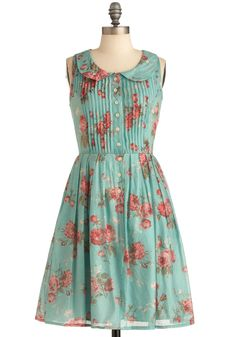 """La Vie en Rosebuds"" dress: pleates, flowers, buttons, and a peter pan collar <3"