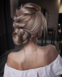 Amazing updo hairstyle with the wow factor. Finding just the right wedding hair for your wedding day is no small task but we're about to make things a little bit easier.From soft and romantic, to classic with modern twist these romantic wedding hairstyles with gorgeous details will inspire you #weddinghairstyles