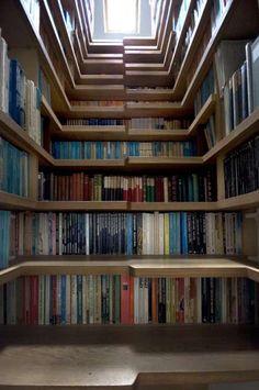 Staircase Library #smallspaceorganization #smallspacedecor trendhunter.com