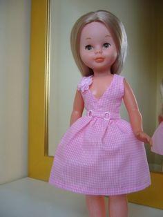 Aquí el patrón básico.  Luego, dependiendo de la tela, de vuestro humor, o de mil otras cosas, le podéis adornar con flores, lazos, hebill... Nancy Doll, Spanish Girls, Disney Animator Doll, Doll Dress Patterns, Barbie Dress, Crochet, Doll Clothes, Flower Girl Dresses, Summer Dresses