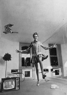 Twiggy by Helmut Newton for Vogue, 1967 (pastiche of Salvador Dali and Philippe Halsman's photo no?)