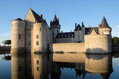 Le château de Sully-sur-Loire est un château français situé au bord de la Loire, dans la commune de Sully-sur-Loire, le département du Loiret et la région Centre.France