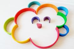 Rainbow Cloud Stacking with #grimmsrainbow; one of the more than 100 ideas and examples with this open end play toys - Mamaliefde.nl.  ❤
