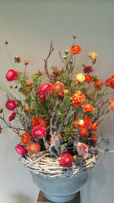 Bloemstuk oranje Ranonkels Cut Flowers, Silk Flowers, Hotel Flower Arrangements, Hotel Flowers, Cascade Bouquet, Church Flowers, Ikebana, Flower Vases, Artificial Flowers
