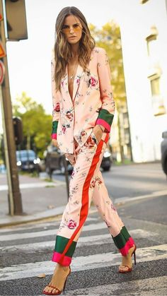 Street Style-Mode ⋆ Emily Clow Fasion Chic Styles - You Pin This Fashion Week, Look Fashion, Womens Fashion, Fashion Design, Spring Fashion, Fashion Trends, Floral Fashion, Fashion 2017, Urban Fashion