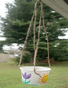 Kid's Crafts: DIY Upcycled Bird Feeder Craft Projects For Kids, Arts And Crafts Projects, Easy Projects, Diy Crafts For Kids, Easy Crafts, Craft Ideas, Plastic Container Crafts, Small Plastic Containers, Bird Feeder Craft