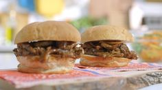 Burgers au steak BBQ | Cuisine futée, parents pressés Quebec, Wrap Sandwiches, Fajitas, Hamburger, Steak, Salads, Food Porn, Burgers, Yummy Food