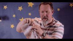 Σε αυτό το viral βίντεο, πρωταγωνιστεί ο μάγος Gunther Schnell, ο οποίος παρουσιάζει ένα απλό μαγικό κόλπο, χρησιμοποιώντας μια εφημερίδα. Το κόλπο είναι τόσο απλό, που μπορείτε να το δοκιμάσετε και εσείς, εντυπωσιάζοντας τα μικρά παιδιά!