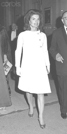 Jackie Kennedy acting as honorary chairperson of The Committee to Rescue Italian Art, arrives at The Wildenstein Gallery's exhibition, Italian Heritage. Robert Kennedy, Jacqueline Kennedy Onassis, Lee Radziwill, Italian Fashion, Jfk, Style Icons, Glamour, Lady, Italian Art
