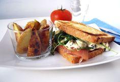 Sandwich de salmón ahumado con salsa tártara