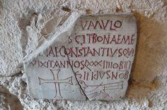 """St Irénée de Lyon, crypte carolingienne: """"dans ce tombeau repose Constantinus de bonne mémoire, qui a vécu 84 ans et est décédé le 8 des Ides de novembre""""."""